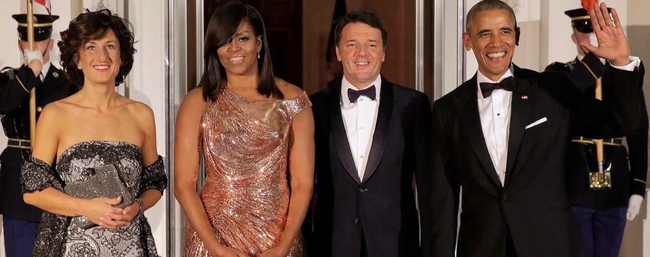 Последний выход первой леди: Мишель Обама подчеркнула фигуру золотым платьем от Versace