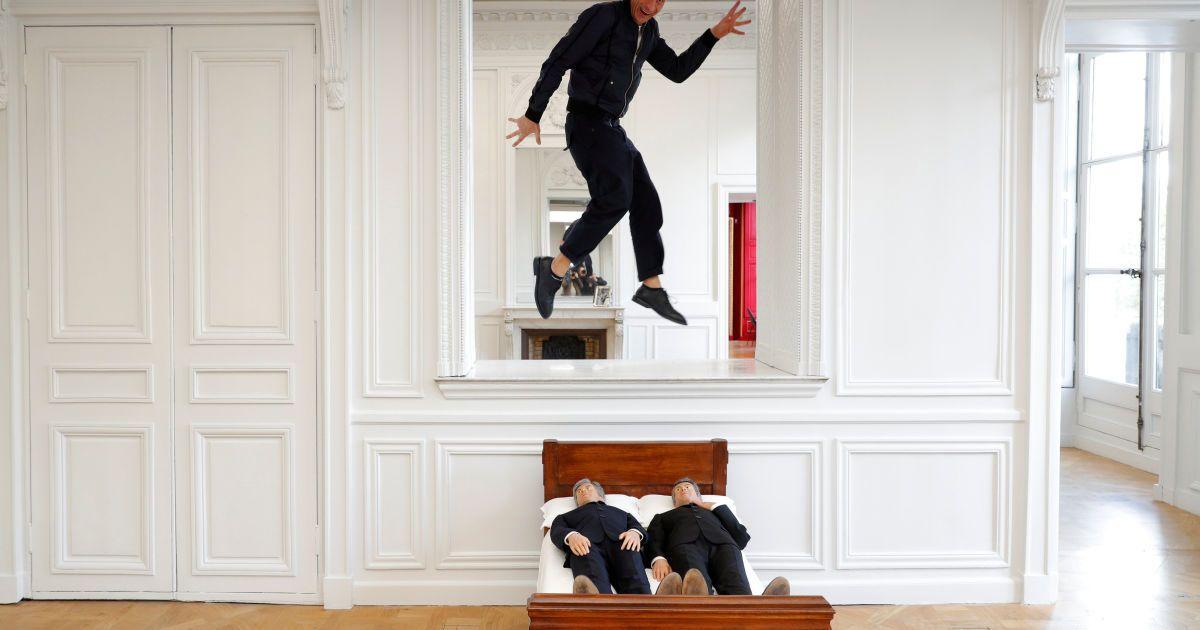 """Італійський художник Мауріціо Каттелана позує зі своїм витвором """"Чи є життя перед смертю"""" у готелі де ла Монне в Парижі, Франція. @ Reuters"""