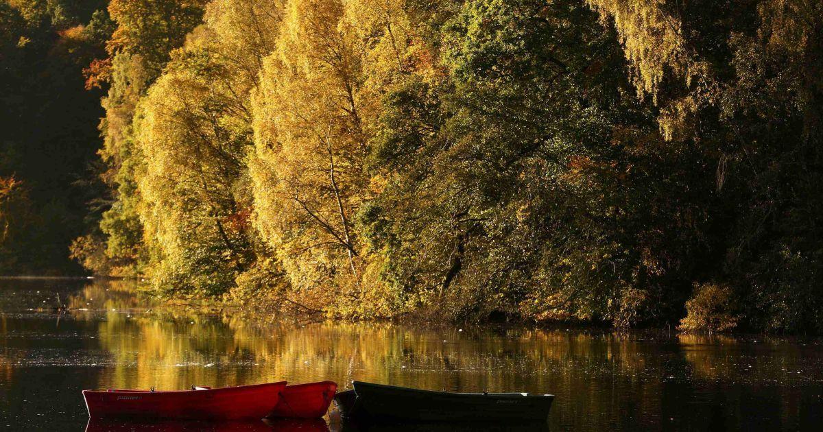 Пришвартовані човни на озері Лох-Фаскаллі, Шотландія. @ Reuters
