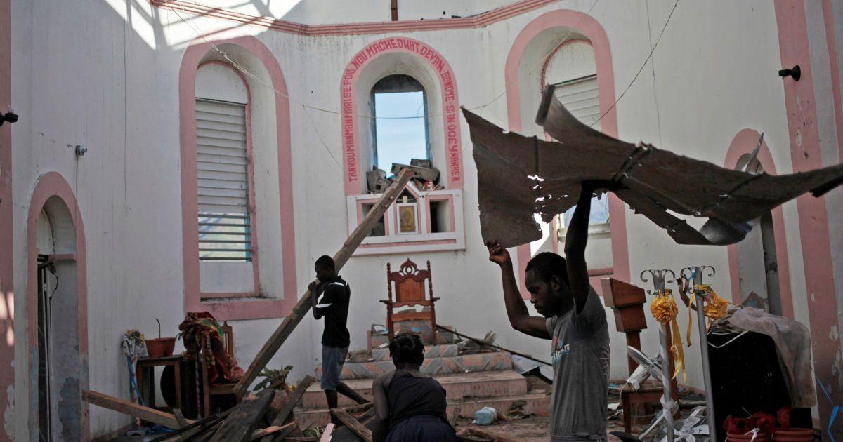 Люди очищають церкву від сміття після урагану Метью на Гаїті. @ Reuters