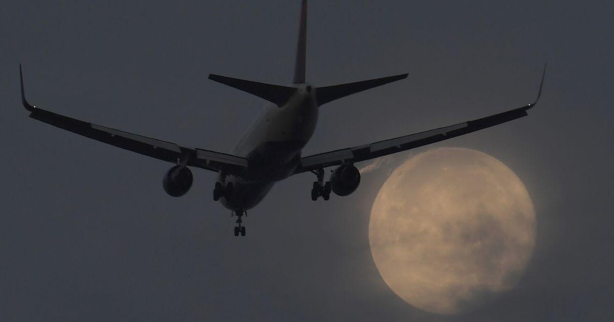 Пасажирський літак заходить на посадку в аеропорту Хітроу на тлі Супермісяця, Лондон, Велика Британія. @ Reuters