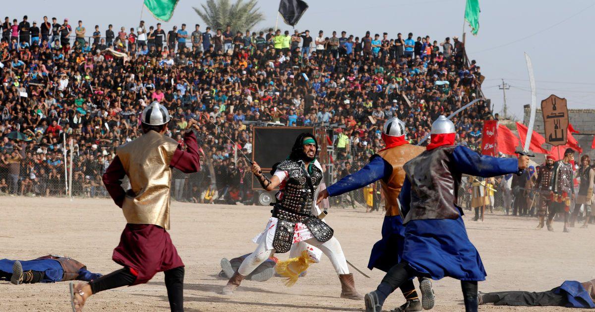 Місцеві актори, одягнені як стародавні воїни, грають сцену бою під Кербелі 7-го століття, під час якого загинув онук пророка Мухаммеда Імам Хусейн, під час святкування в Садр-Сіті, Багдад, Ірак. @ Reuters