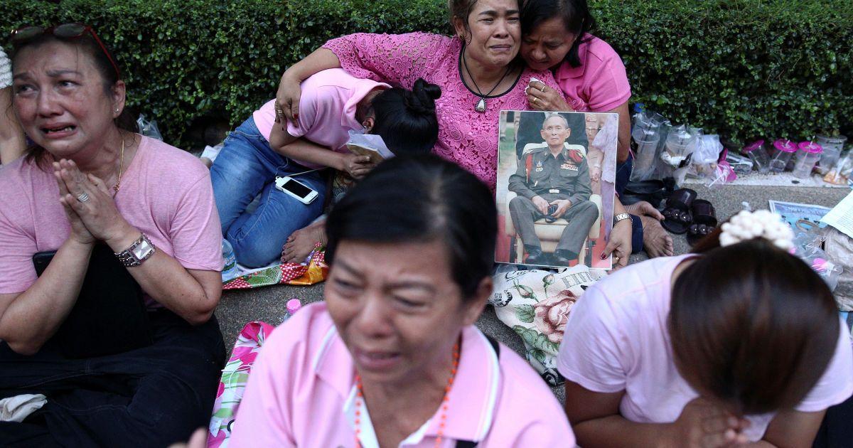 Люди моляться за короля @ Reuters