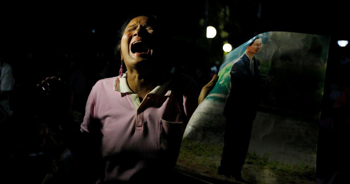 Жінка плаче після оголошення про смерть короля Таїланду Пуміпона Адульядета. @ Reuters