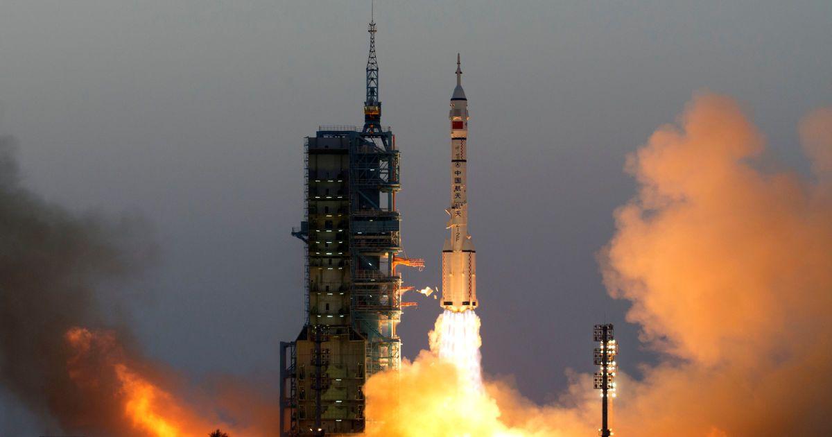 """Пілотований космічний корабель """"Шеньчжоу-11"""" з двома космонавтами на борту відлітає з  космодрому """"Цзюцюань"""" в пустелі Гобі. @ Reuters"""