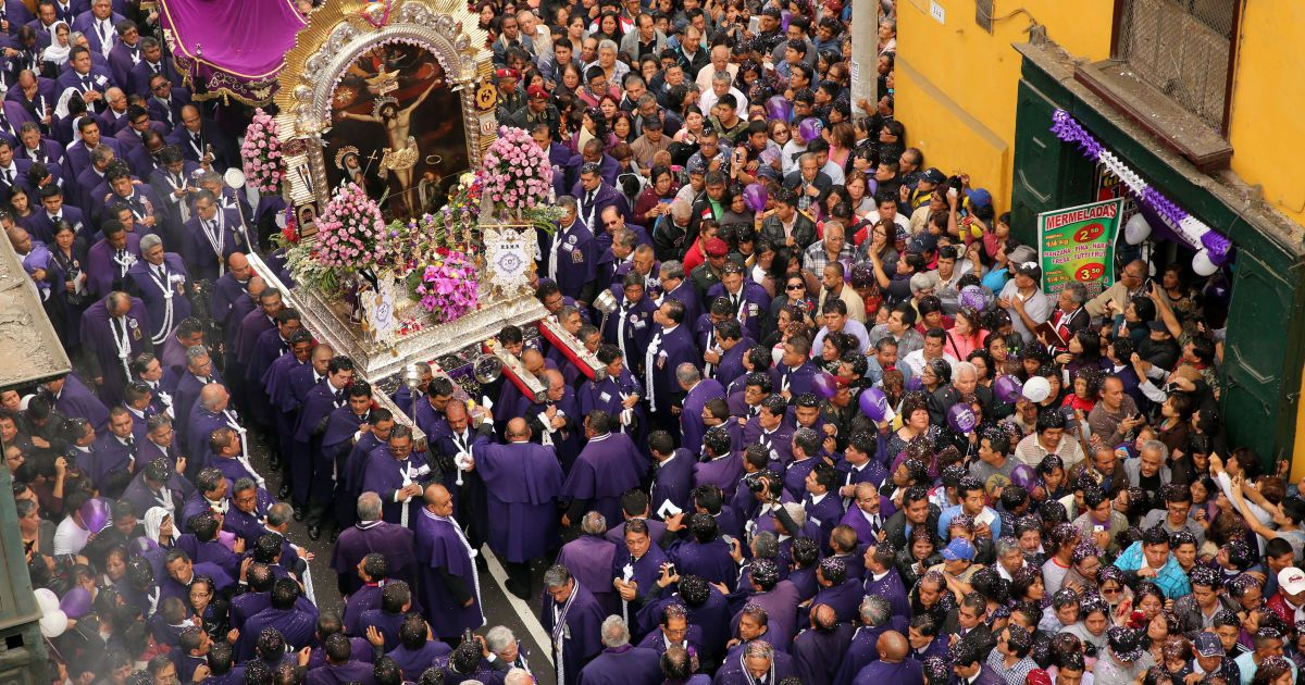 """Віруючі беруть участь у процесії """"Сеньйор-де-лос-Мілагрос"""" («Володар чудес»), найбільш шанованого католицького свята у Перу, в центрі міста Ліма, Перу. @ Reuters"""
