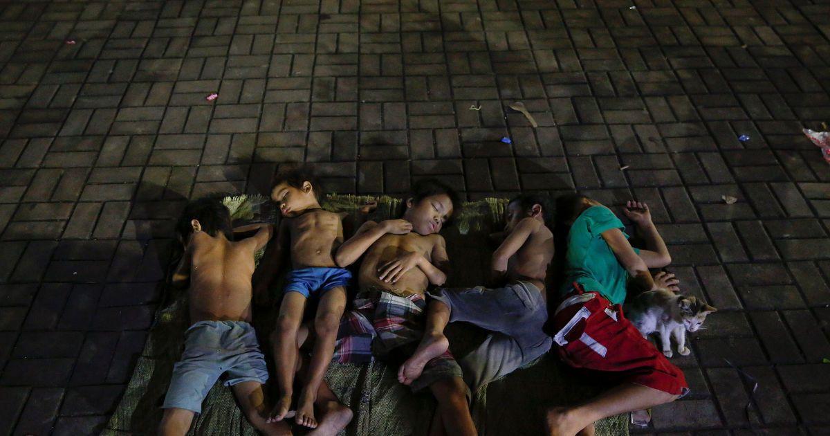 Діти сплять на площі біля церкви в Манілі, Філіппіни. @ Reuters