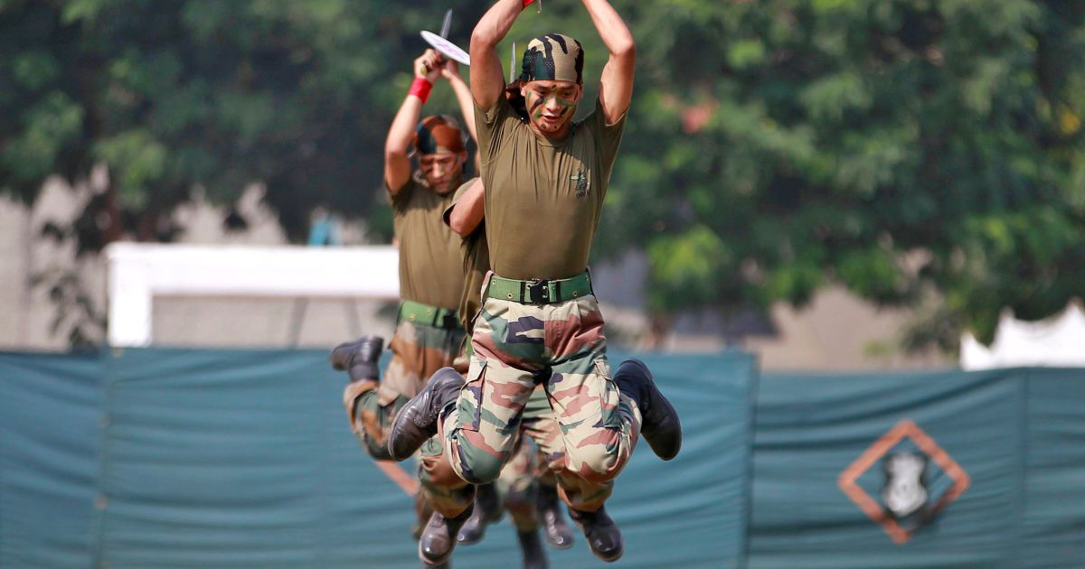 """Солдати індійської армії виконують вправи під час дводенного заходу """"Знай свою армію"""", метою якого є залучити більше молодих людей в армію, в Ахмадабаді, Індія. @ Reuters"""
