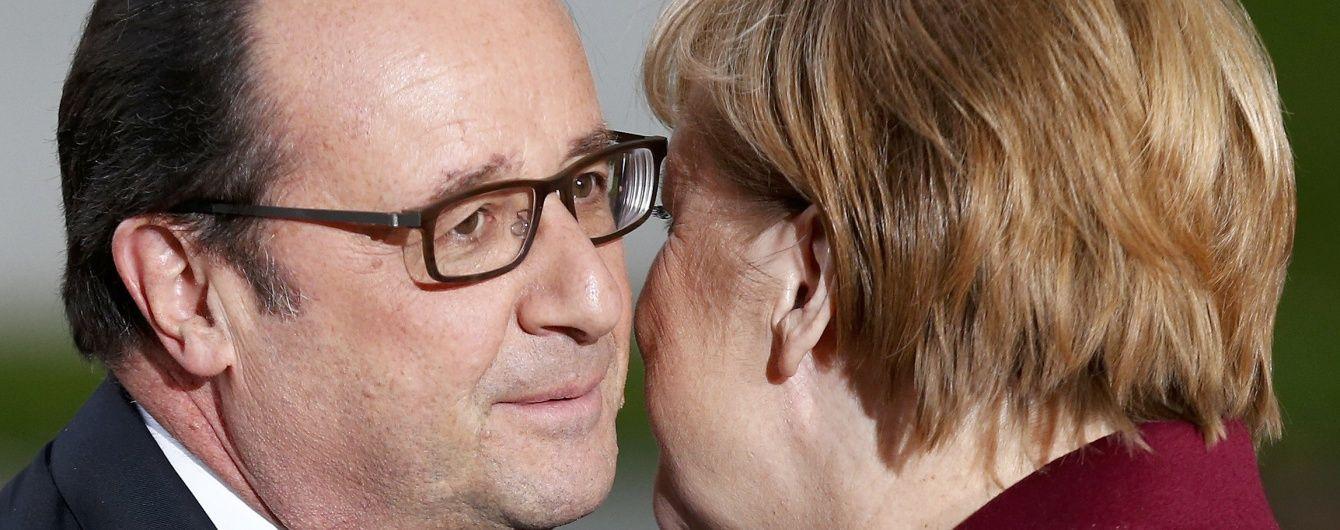 """Поцілунки і потиски рук: Олланд прибув до резиденції Меркель для """"нормандської"""" зустрічі"""