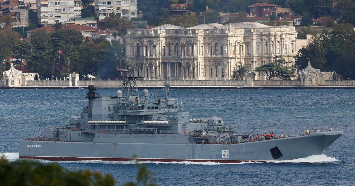 """Російський великий десантний корабель """"Цезар Куніков"""" пропливає через Босфор."""