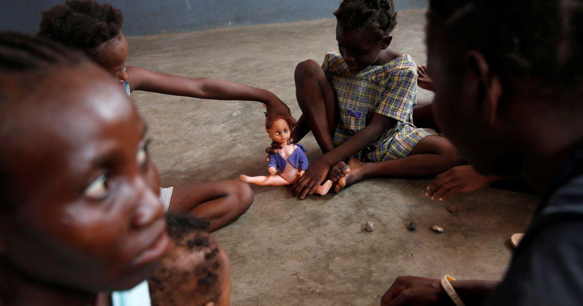 """Діти грають в притулку після урагану """"Метью"""" у місті Жеремі, Гаїті. @ Reuters"""