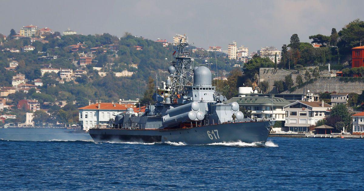 """Малий ракетний корабель """"Міраж"""" ВМС РФ проходить через Босфор у напрямку до Сирії."""