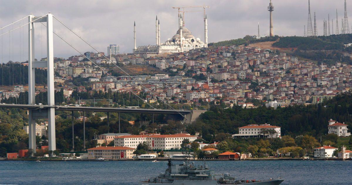 """Російський ракетний корвет """"Зелений дол"""" пропливає через Босфор у напрямку до Сирії, 5 жовтня."""