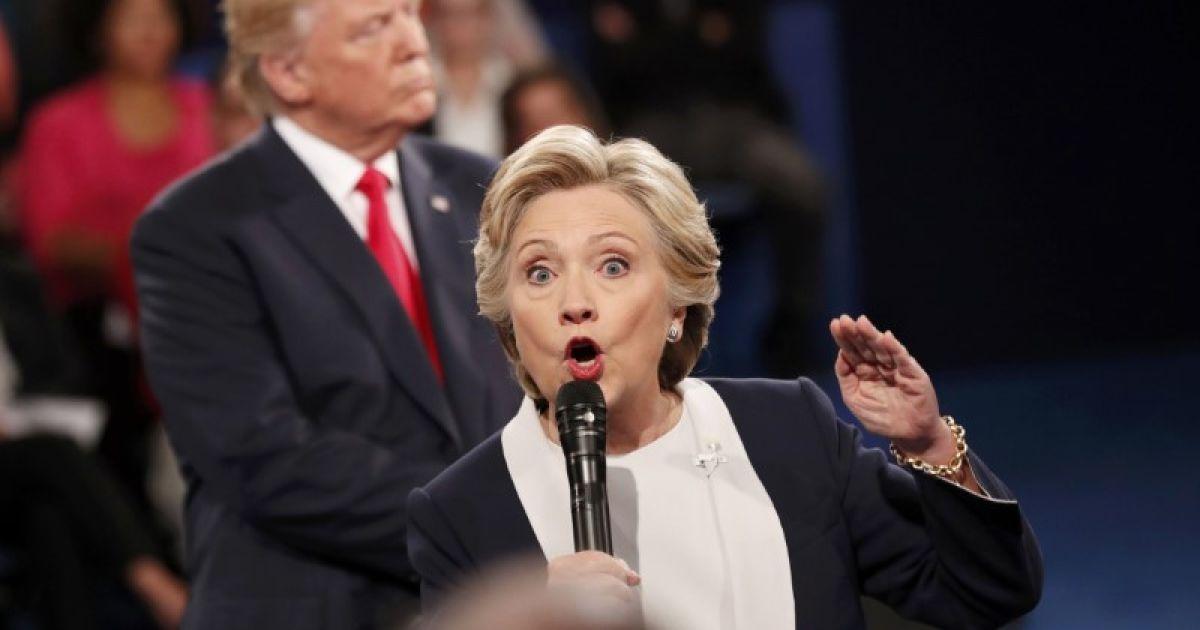 Демократичний кандидат у президенти США Гілларі Клінтон виступає під час президентських дебатів з республіканцем Дональдом Трампом у Вашингтонському університеті в Сент-Луїсі, штат Міссурі, США. @ Reuters