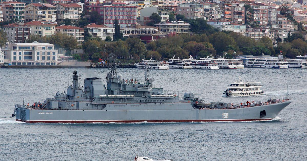 """Російський великий десантний корабель """"Цезар Куніков"""" пропливає через Босфор 27 вересня."""