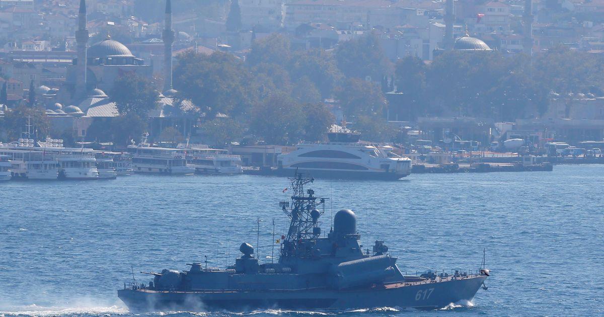 """Малий ракетний корабель """"Міраж"""" ВМС РФ проходить через Босфор у напрямку до Сирії 7 жовтня."""