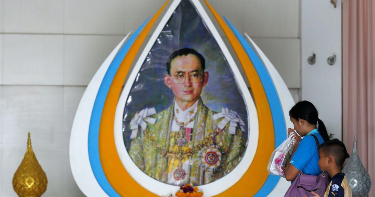 Люди вітають зображення короля Таїланду Пуміпона Адульядета в лікарні в Бангкоку, Таїланд. @ Reuters