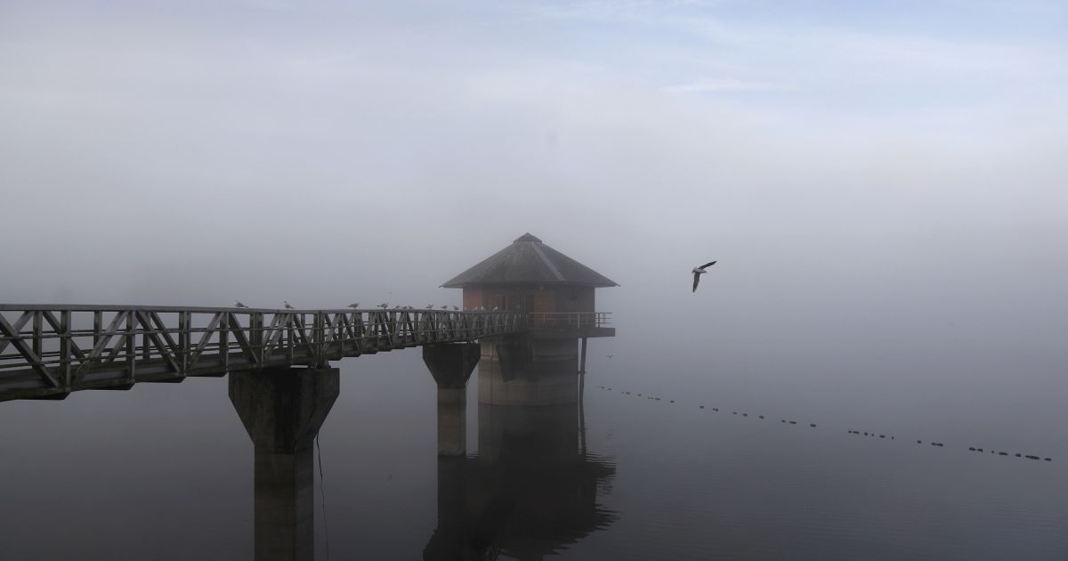 Ранковий туман стоїть над водосховищем Кропстон у Великобританії. @ Reuters