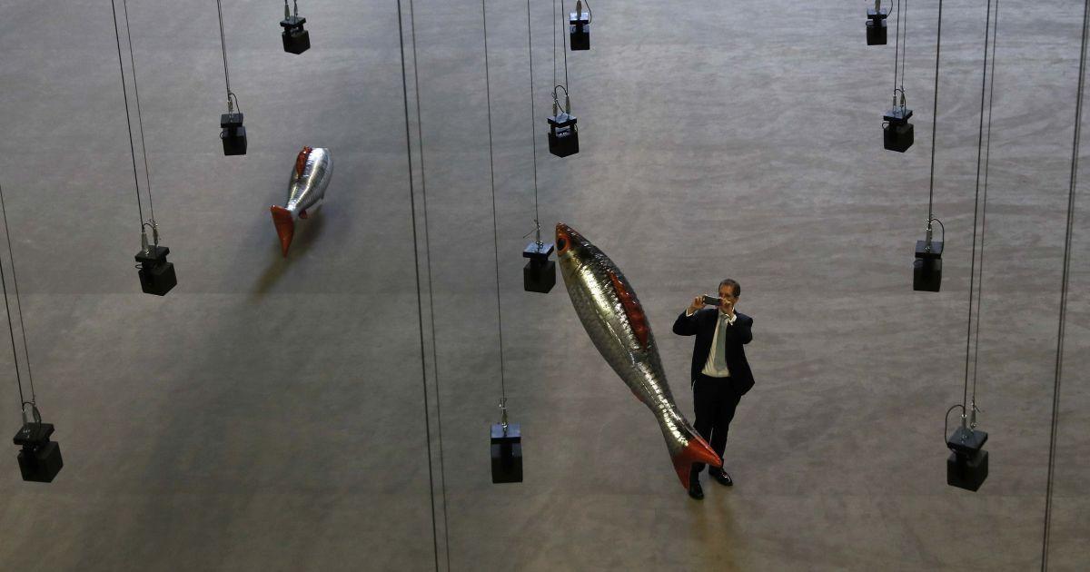 """Чоловік бере картину інсталяції """"У будь-якому місці"""" французького художника Філіпа Парено, в машинному залі в Tate Modern у центрі Лондона, Великобританія. @ Reuters"""