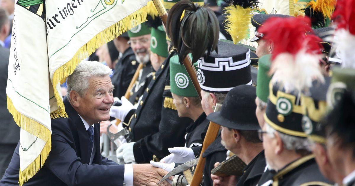 Президент Німеччини Йоахім Гаук вітає членів асоціації шахтарів під час святкування Дня німецької об'єднання в Дрездені, Німеччина. @ Reuters
