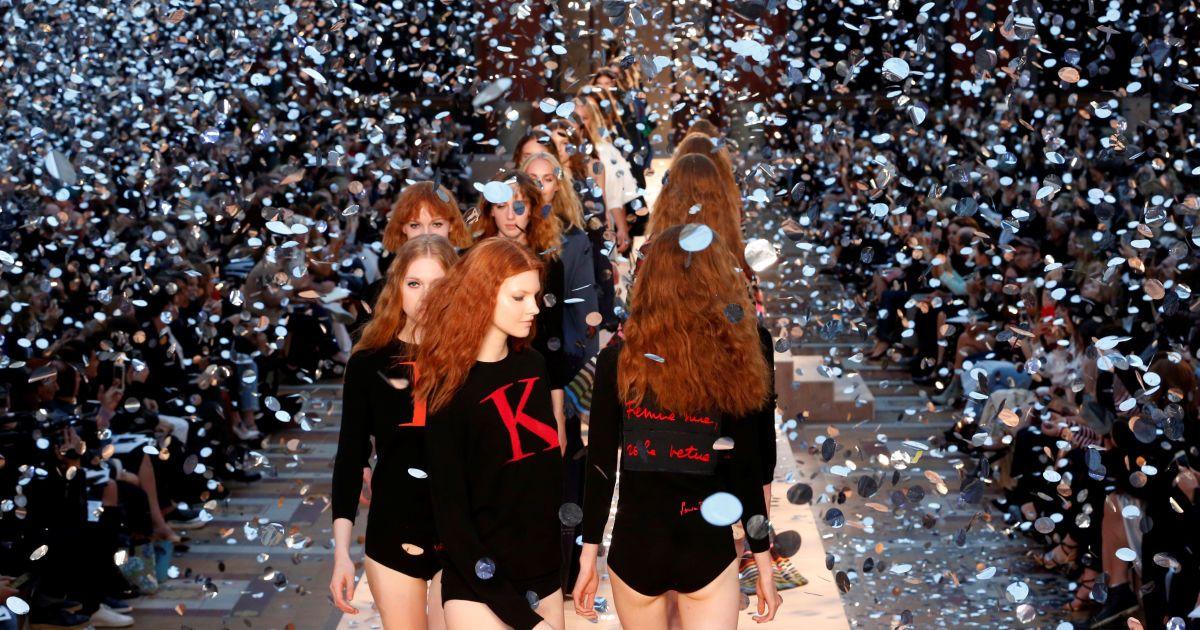 Моделі дефілюють під час вшанування покійного дизайнера Соні Рікель під час Тижня моди в Парижі, Франція. @ Reuters