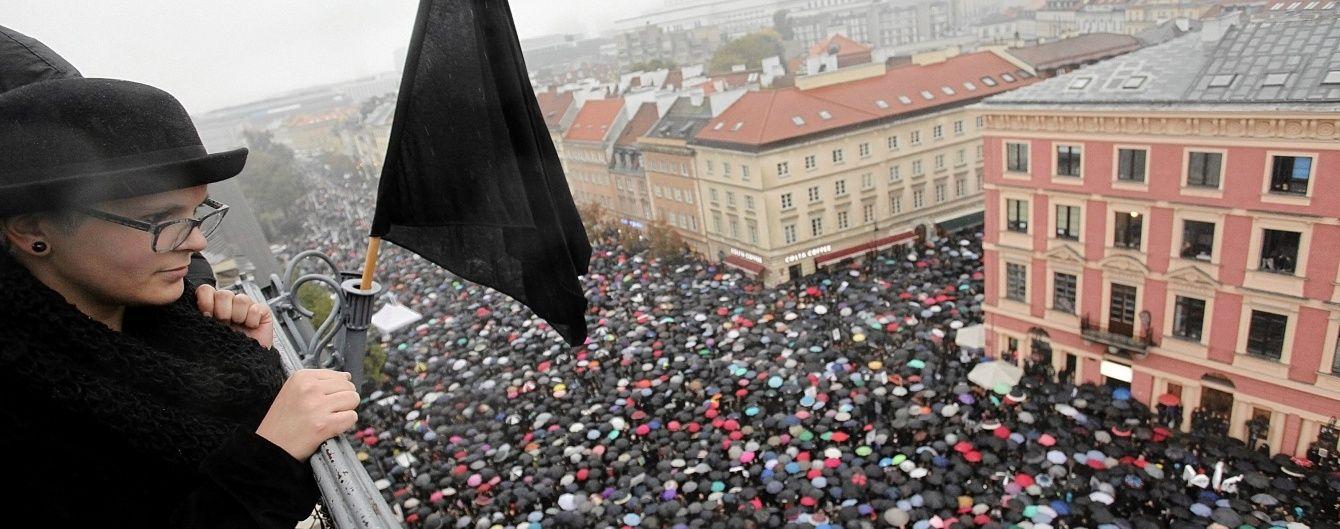 """""""Чорні"""" протестувальниці повернулися на вулиці Польщі"""