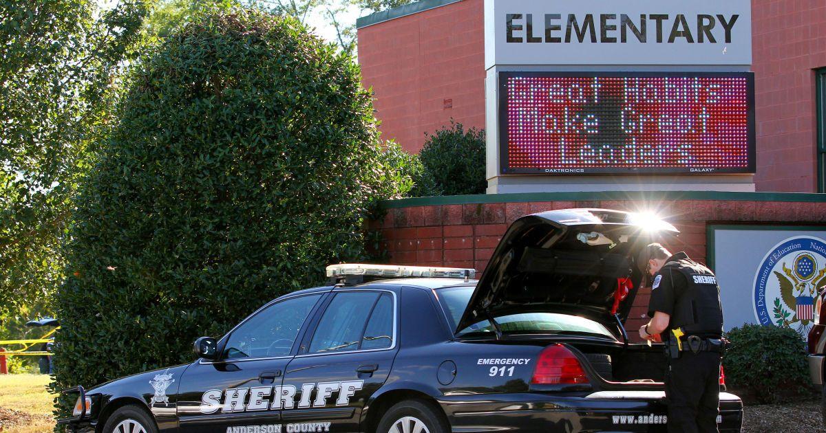 Поліція працює на місці стрілянини у школі. @ Reuters