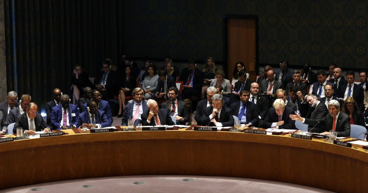 Держсекретар США Джон Керрі звертається до міністра закордонних справ Росії Сергія Лаврова через дії РФ у Сирії під час засідання Ради Безпеки Організації Об'єднаних Націй із врегулювання ситуації на Близькому Сході. @ Reuters
