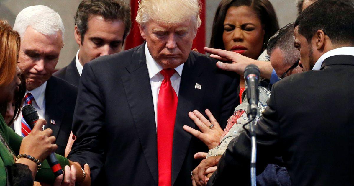 """Члени духовенства покладають руки і моляться над кандидатом в президенти від республіканців Дональдом Трампом у центрі """"Відродження Нового Духу"""" у Клівленді, штат Огайо, США. @ Reuters"""
