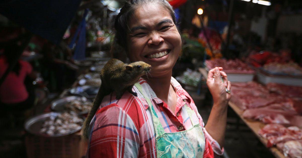 Жінка ходить з білкою на плечі на ринку Маеклонг на околиці Бангкока, Таїланд. @ Reuters
