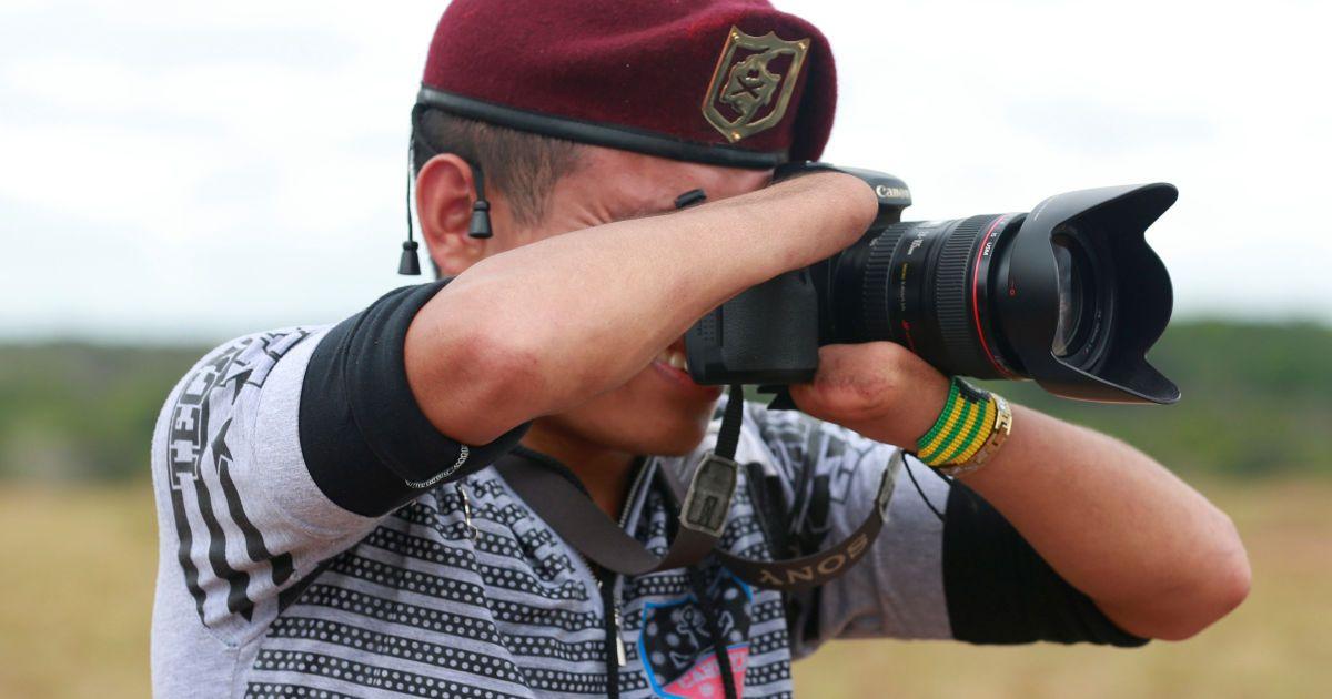 24-річний бойовик Революційних збройних сил Колумбії (FARC), який втратив свої руки в боях з колумбійськими урядовими військами, робить знімки з камери в таборі, де FARC готується ратифікувати мирну угоду з урядом. @ Reuters