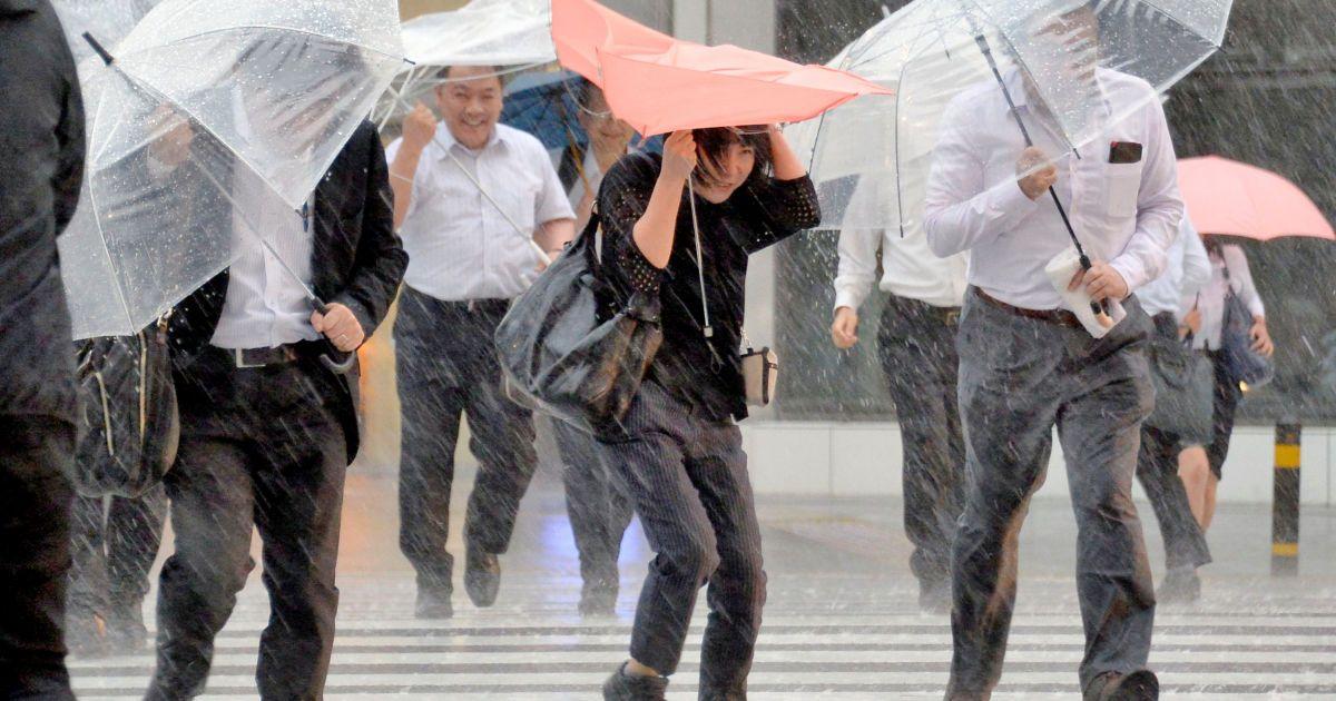 Пішоходи з парасольками борються проти сильного вітру і сильних дощів, викликаних тайфуном Малакас в Нагої, центральна Японія. @ Reuters