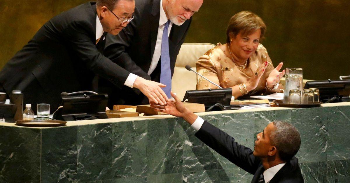 Президент США Барак Обама потискає руки президенту 71-ї сесії Генеральної Асамблеї Організації Об'єднаних Націй Пітеру Томсону і секретарю ООН Пан Гі Муну після свого останнього виступу перед Генеральною Асамблеєю ООН в Нью-Йорку. @ Reuters