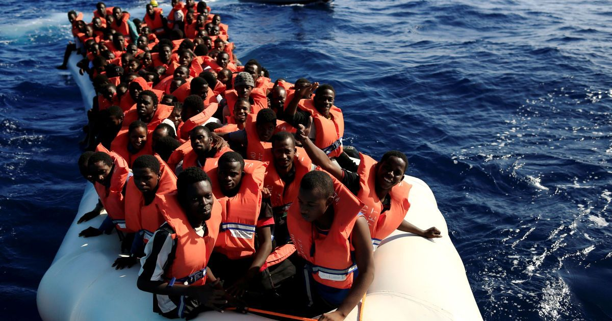 """Переповнений човен з мігрантами з різних країн Африки наближається до судна """"Ювента"""" під час рятувальної операції біля берегів Лівії в Середземному морі. @ Reuters"""