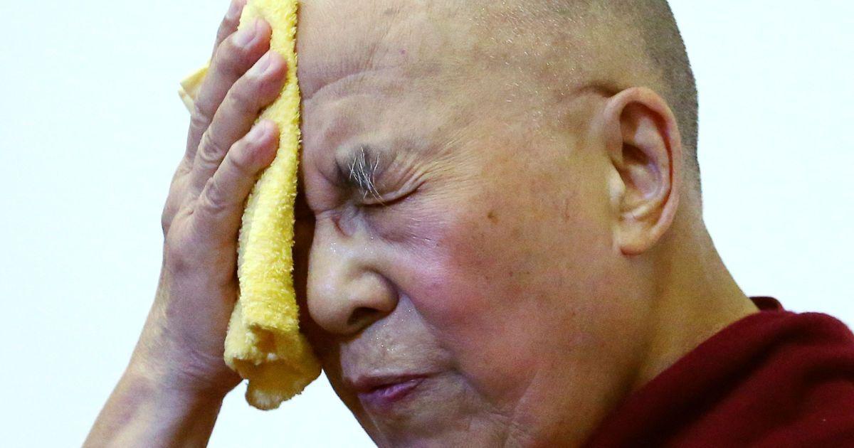 Духовний лідер Тибету у вигнанні Далай-лама витирає обличчя під час міжнародної конференції груп підтримки Тибету в Брюсселі, Бельгія. @ Reuters