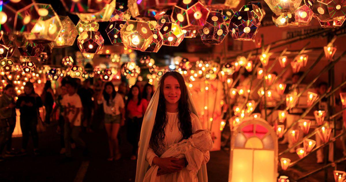 Дівчина, одягнена як Діва Марія, позує для фото під час свята ліхтарів напередодні Різдва Діви Марії у місті Аучапан, Сальвадор. @ Reuters