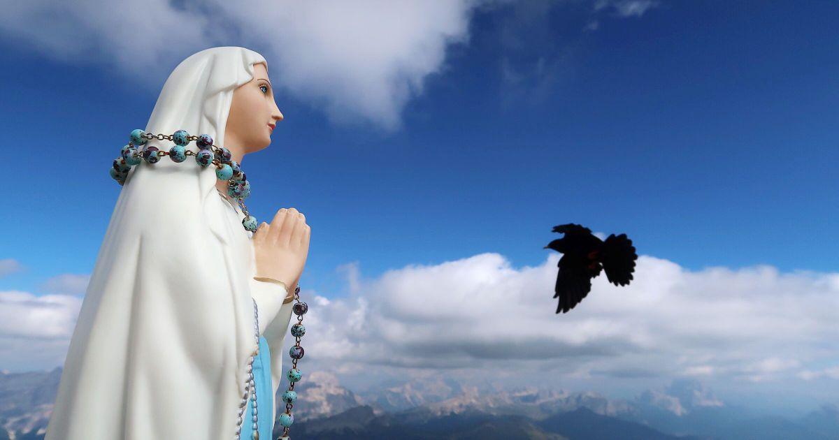 Галка пролітає поблизу статуї Мадонни на вершині гори Бое у Доломітових Альпах в Італії. @ Reuters