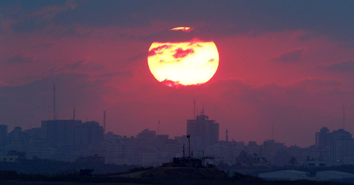 Сонце сідає над сектором Газа. Вид з ізраїльської сторони. @ Reuters