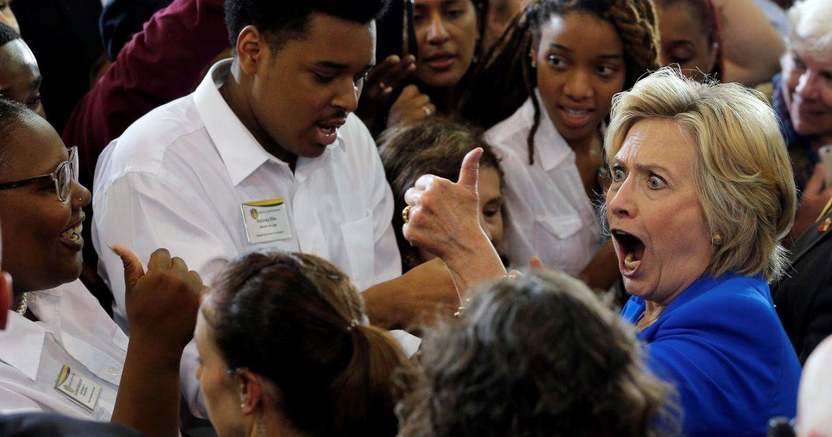 Кандидат у президенти США Гілларі Клінтон вітає глядачів на заході кампанії по реєстрації виборців в Johnson C. Smith University в місті Шарлотт, Північна Кароліна, США. @ Reuters