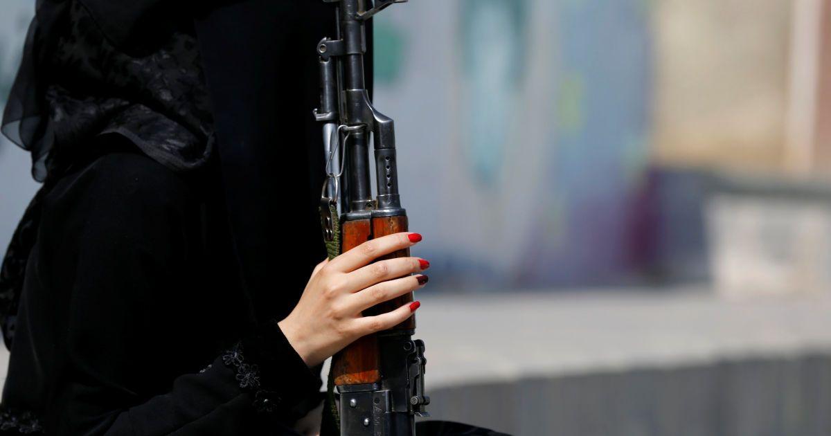 Жінка, яка підтримує повстанців-хуситів, тримає гвинтівку під час мітингу підтримки руху в Сані, Ємен. @ Reuters