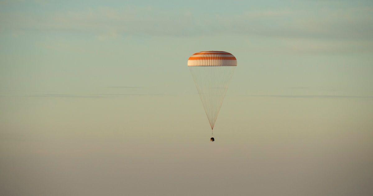 Космонавти приземлилися у казаському степу @ Reuters