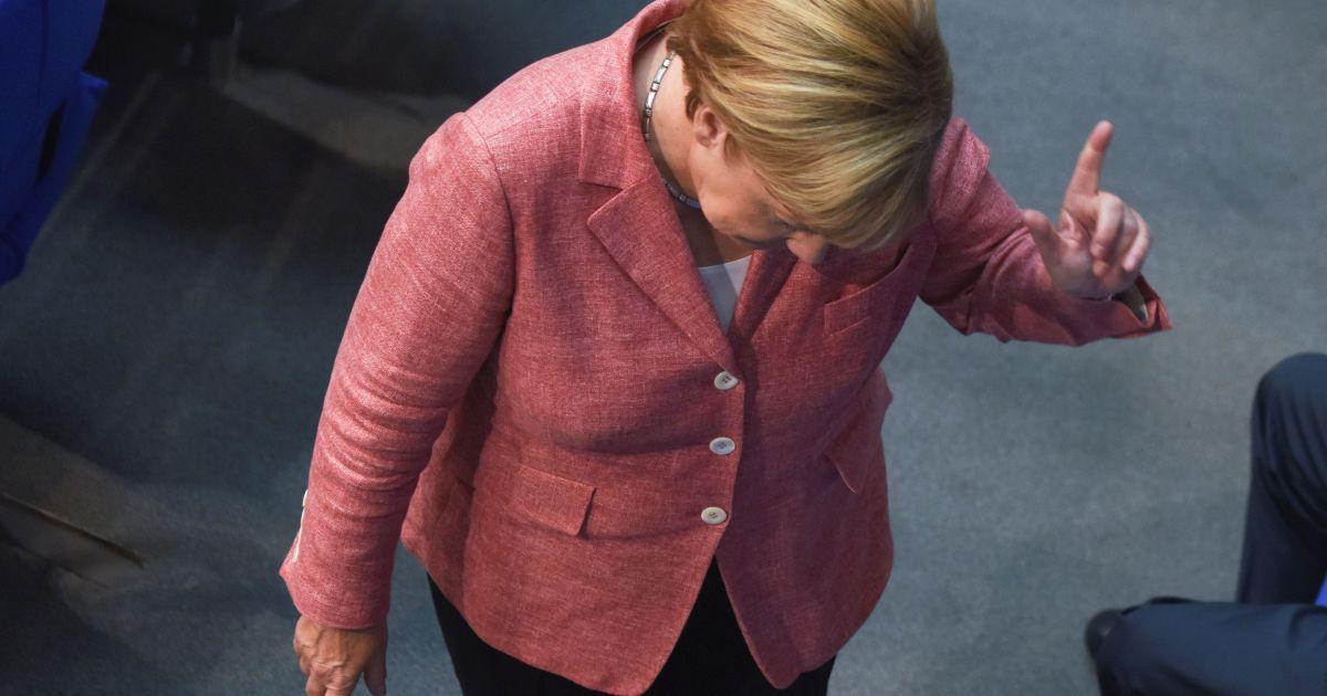 Канцлер Німеччини Ангела Меркель жестикулює на засіданні нижньої палати Бундестагу з питань бюджету 2017 року у Берліні, Німеччина. @ Reuters