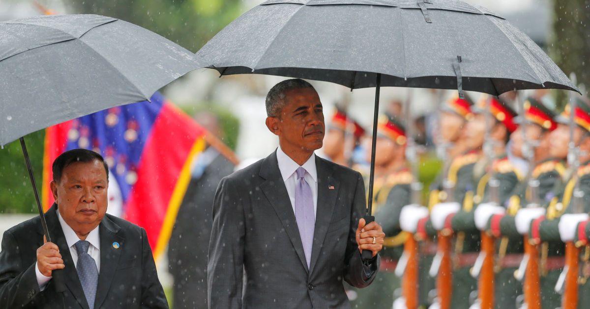 Президент США Барак Обама вітається з президентом Лаосу Буннянгом Волачітом у президентському палаці у місті В'єнтьян, Лаос. Обама - перший американський президент, який відвідав Лаос. З 1964 по 1973 роки Сполучені Штати скинули на країну більше двох мільйонів бомб, близько третини з них не вибухнули, і від цього досі гинуть люди. @ Reuters