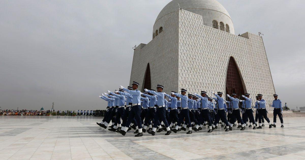 Члени військово-повітряних сил Пакистану проходять повз мавзолею Мухаммада Алі Джина під час церемонії Дня оборони, або День пам'яті Пакистану в Карачі, Пакистан,. @ Reuters