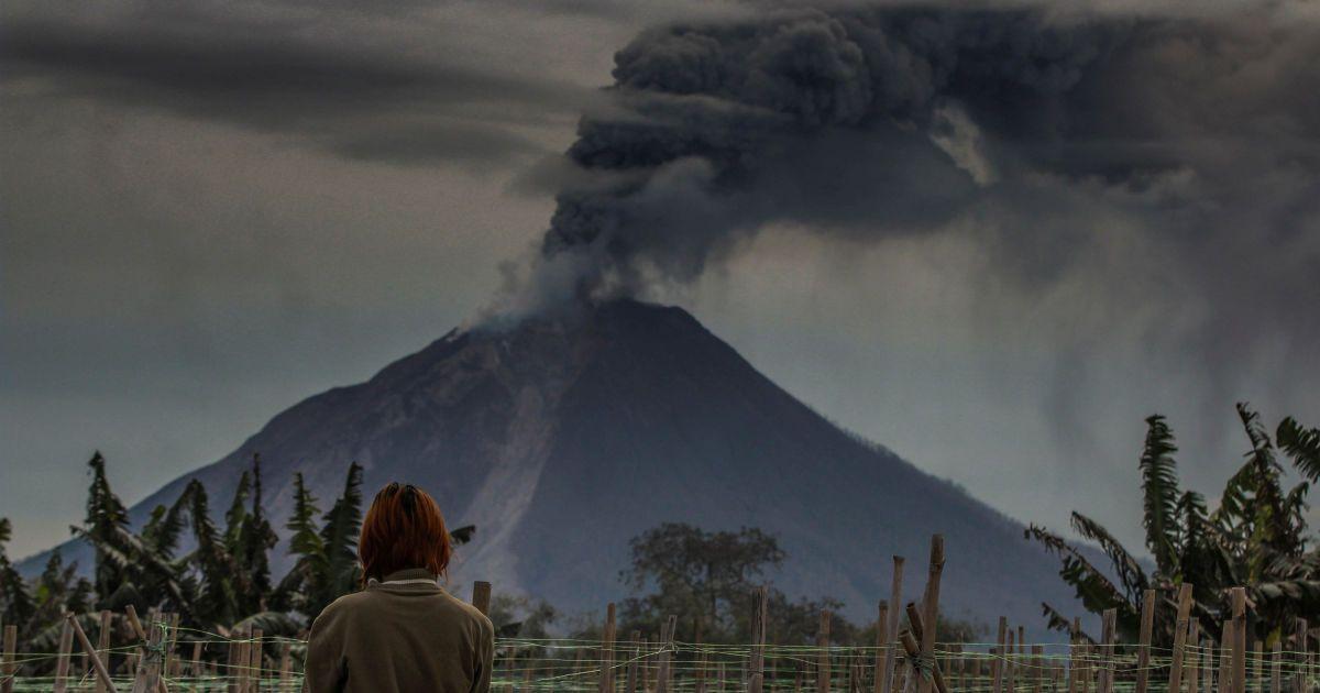 Вулкан Синабунг вивергає попіл у повітря під час виверження в Каро, Північна Суматра, Індонезія. @ Reuters