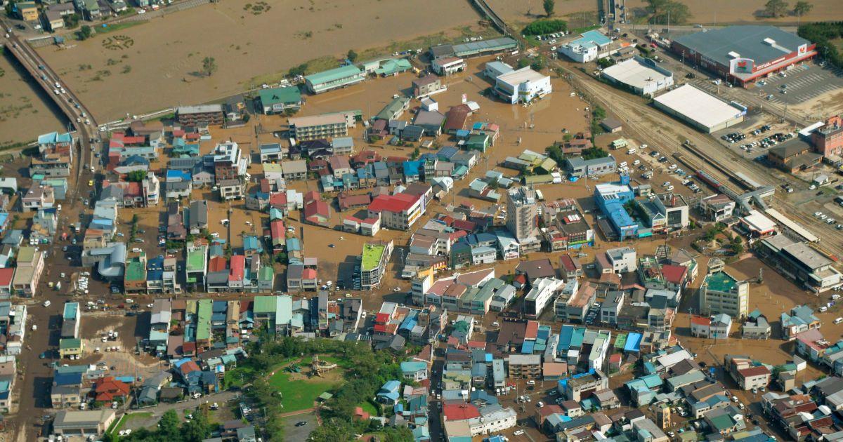 """Повінь, викликана """"Лайонроком"""", затопила міста в Японії @ Reuters"""