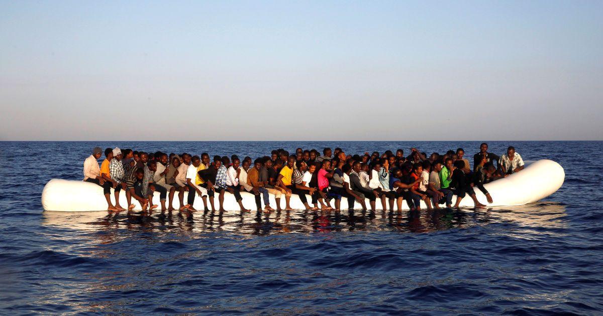 В Ливии задержали судно с 200 беженцами. Найдены мертвые люди