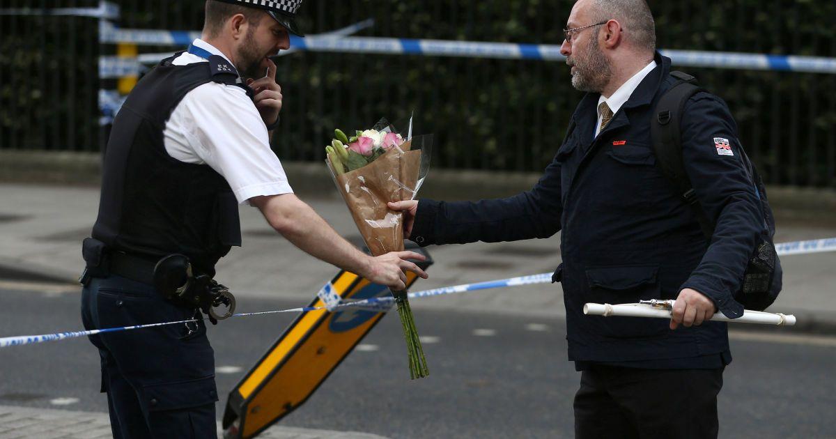 Поліцейський несе квіти на місце атаки на Рассел-Сквер @ Reuters