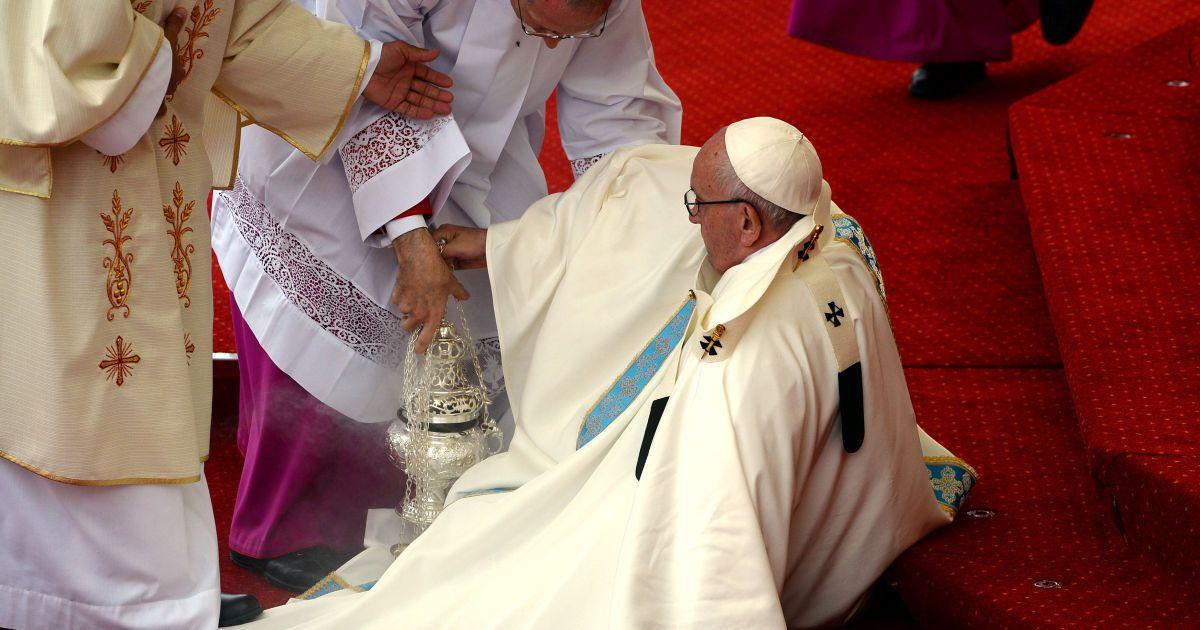 Папа Римський пояснив своє падіння під час велелюдної меси в Польщі