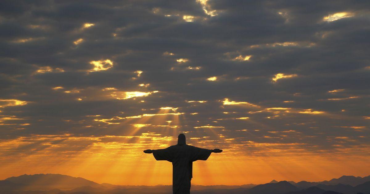 2 серпня, Бразилія. Статуя Христа-Спасителя у Ріо-де-Жанейро в проміннях ранкового сонця. @ Reuters